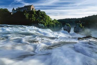 Beeindruckende Wassermassen am Rheinfall bei Schaffhausen.