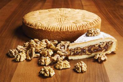 Die Engadiner Nusstorte enthält eine köstliche Mischung aus Nüssen, Honig, Caramel und Rahm.