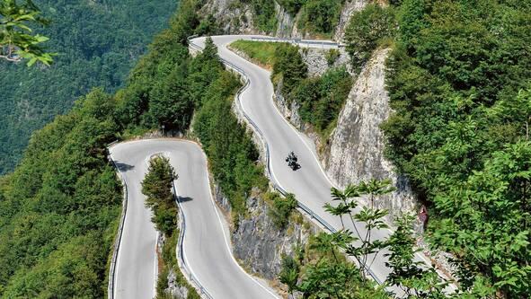 Kurvige Straße zwischen Arco und Ronzo-Chienis